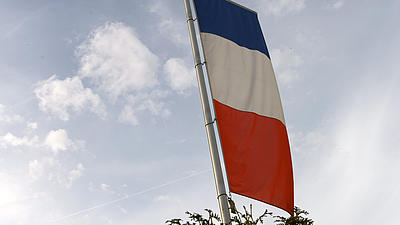 Eine Frankreichflagge weht im Wind.