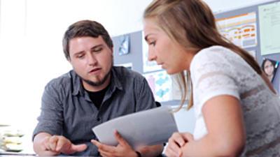 Ein Berater im Gespräch mit einer jungen Frau.