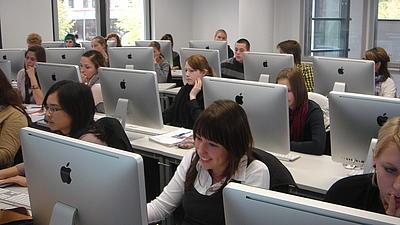 Studierende in einem Computerraum.