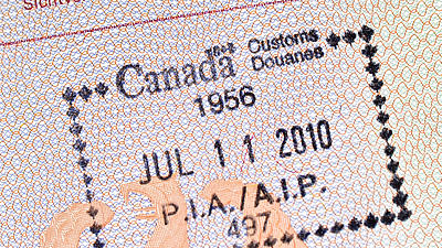 Ein Stempel in einem Reisepass.