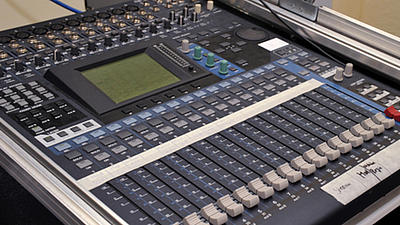 Ein Mischpult zur Tonbearbeitung in einem Studio