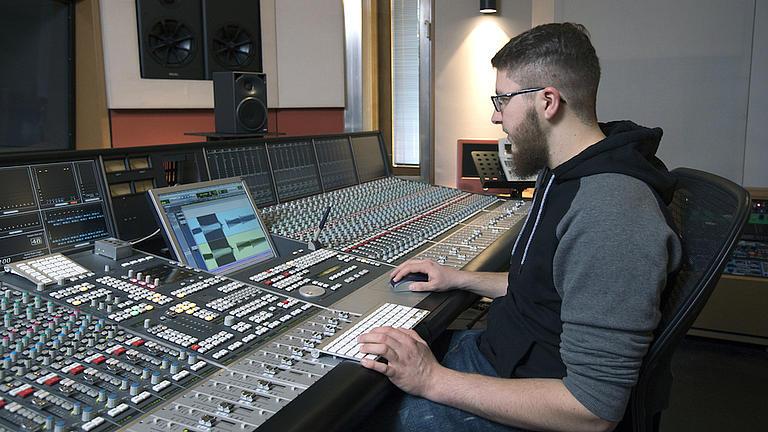 Junger Mann im Tonstudio