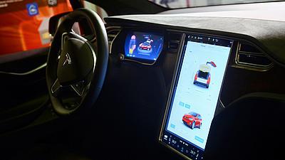 Blick auf die digitale Steuerkonsole eines Autos.