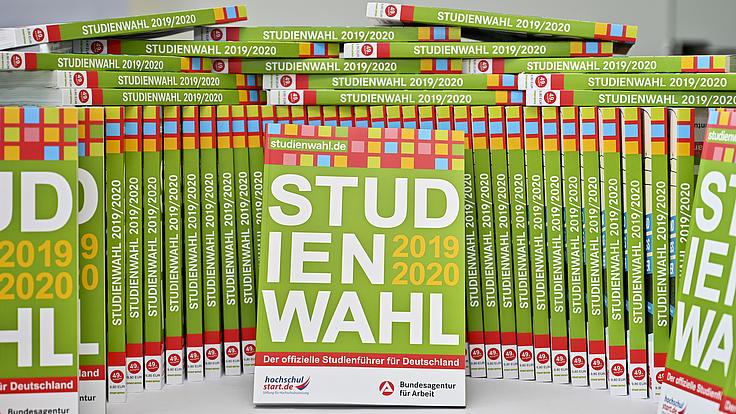 Studienwahl-Bücher stehen auf einem Tisch
