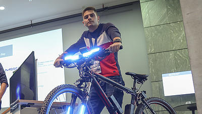 Tsoni Vitkov mit seinem Smart-Rad beim Innovations Day der TU Darmstadt