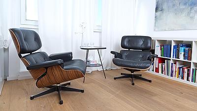 Zwei Stühle in einer Psychologischen Praxis.
