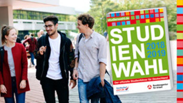 Drei Studierende laufen gemeinsam über den Campus. Das Studienwahl-Cover wurde ins Bild eingefügt.