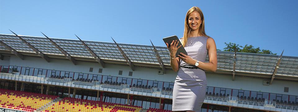 Eine Businessfrau mit Tablet im Stadion