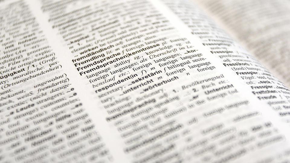 Nahaufnahme auf ein aufgeschlagenes Wörterbuch Deutsch-Englisch.