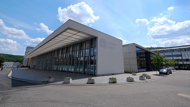 Universitätsgebäude der Universität des Saarlandes mit blauem Himmel und Wolken