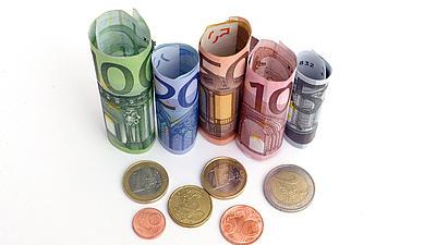 Zu sehen sind Geldscheine und Münzen.