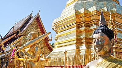 Nahaufnahme eines Tempeldachs mit zwei Tempelfiguren in Thailand