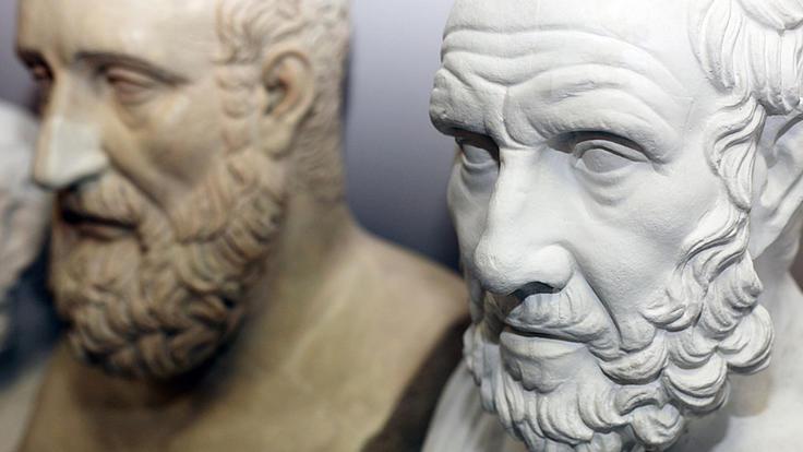 Nahaufnahme zweier Männerbüsten. Eine davon stellt Hippokrates dar.