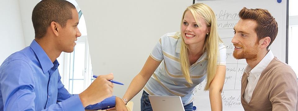 Drei Studierende lernen gemeinsam.