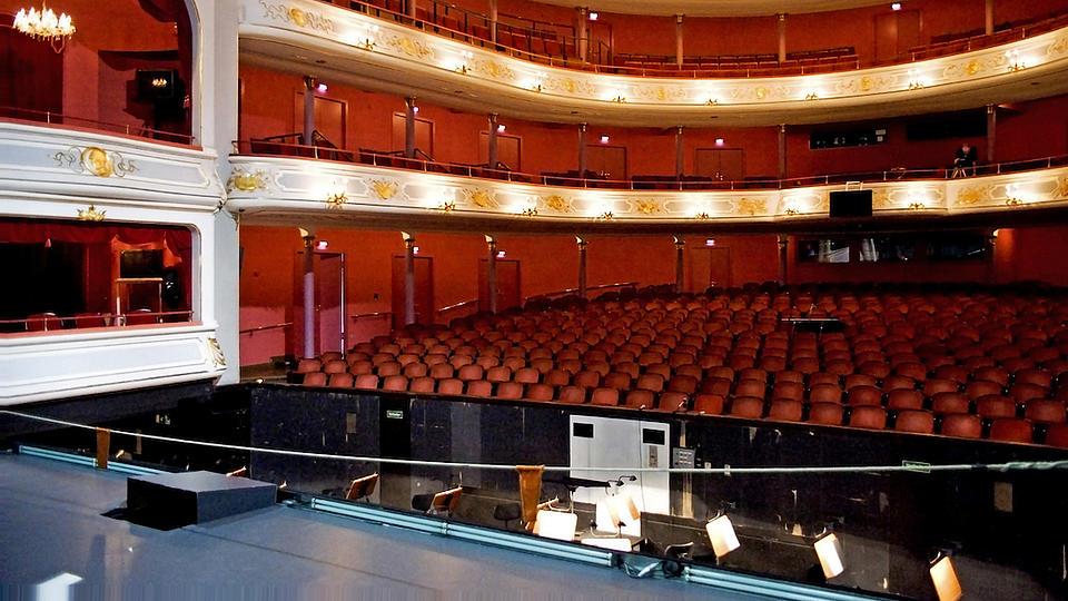 Blick von einer Bühne in den Saal einer Oper.