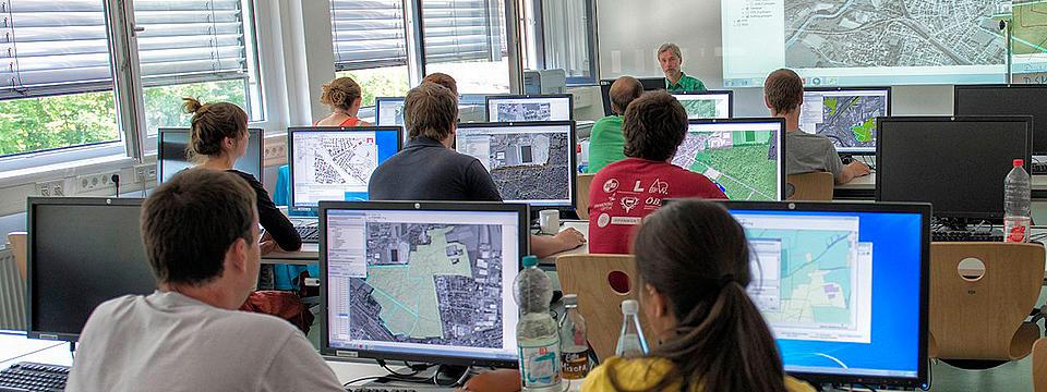 Studierende in der Vorlesung am PC