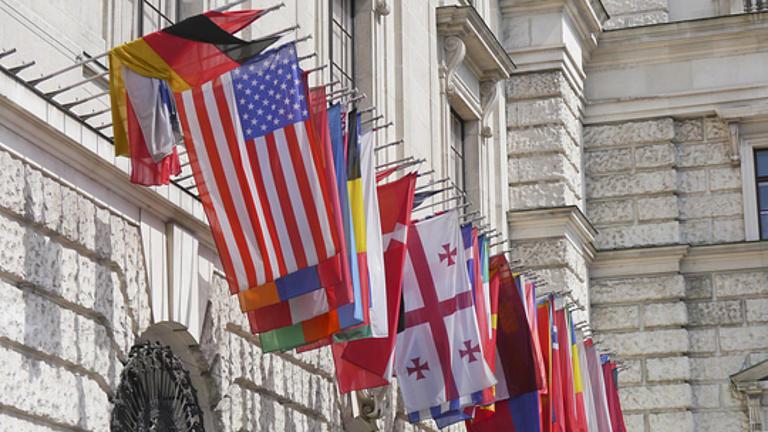 Flaggen vor einem Regierungsgebäude.